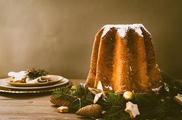 Pandoro - typowy włoski świąteczny chleb słodkich drożdży na starym rustykalnym drewnianym stole.