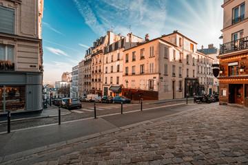 Ulice dzielnicy Montmartre w Paryżu, Francja. Ranku światło z niebieskim niebem.