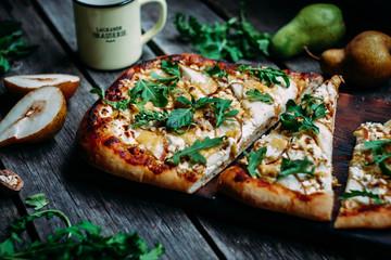 Pizza z gruszką i serem
