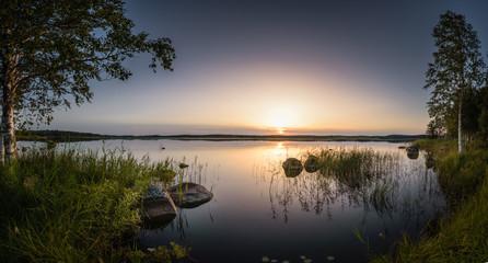 Uspokój i zrelaksuj scenerię o zmierzchu o zachodzie słońca nad dużym jeziorem bagiennym w Estonii