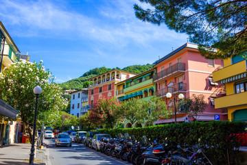 Słoneczny pejzaż małej ulicy w miejscowości Moneglia w Ligurii