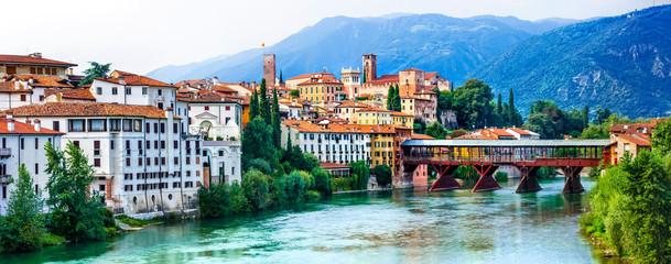 Piękni średniowieczni miasteczka Włochy - malowniczy Bassano Del Grappa. Sceniczny widok z sławnym mostem. Prowincja Vicenza, region Veneto