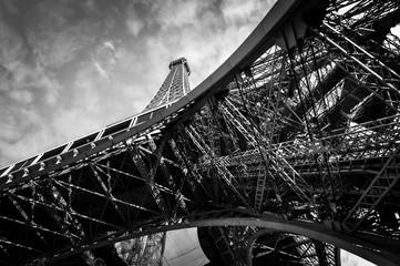 Wieża Eiffla w Paryżu w czerni i bieli