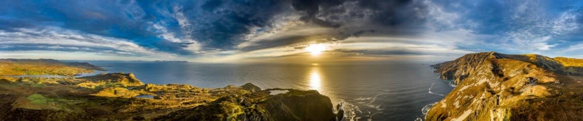 Aerial of Slieve League Cliffs należą do najwyższych klifów morskich w Europie, wznoszących się na wysokość 1972 stóp lub 601 metrów nad Ocean Atlantycki - hrabstwo Donegal, Irlandia