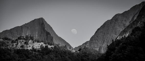 księżyc między górami