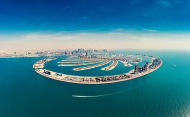 Widok z lotu ptaka na Palmowej Jumeirah wyspie w Dubaj, UAE, na letnim dniu.