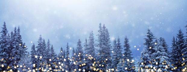 Weihnachtswald-Banner, Hintergrund für Weihnachten und Neujahr mit goldenen Lichtern vor verschneitem Tannenwald und viel Textfreiraum