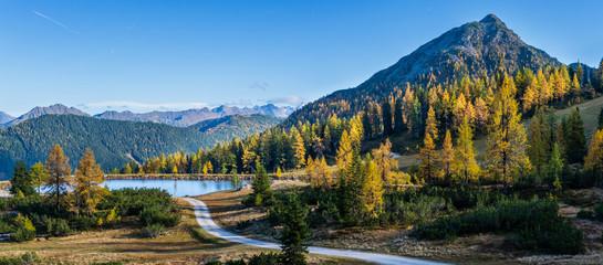 Pokojowy jesień Alps widok górski. Reiteralm, Steiermark, Austria.
