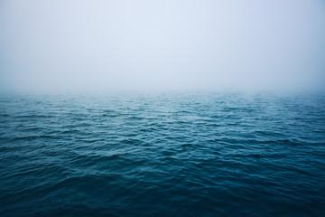 Falująca woda morska z poranną mgłą