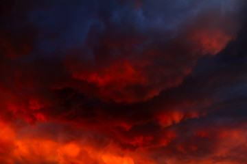 Dramatyczne chmury w tle