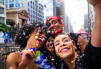 Dziewczyny bierze selfie przy parady przyjęcia ulicą, brazylijski carnaval. Grupa brazylijskich przyjaciół w kostiumie świętuje.