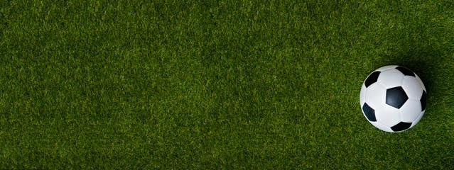 Zbliżenie piłki nożnej piłka na zielonej trawie