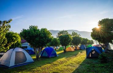 Obozować i namiot w natura parku z wschodem słońca