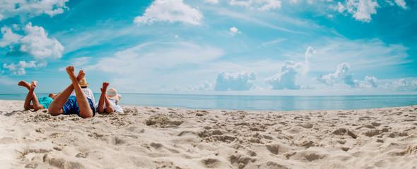 ojciec z synem i córką zrelaksować się na wakacjach na plaży, panorama