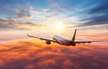 Pasażerski samolot komercyjny lecący ponad chmurami