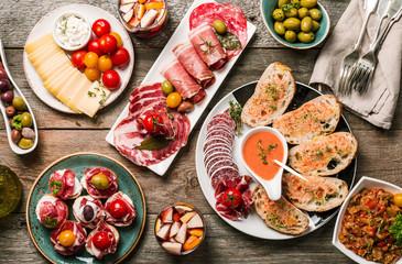 hiszpańskie tapas i sangria na drewnianym stole, widok z góry