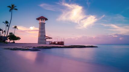 Wschód słońca przy Bayahibe plażą z gładką wodą, los angeles Romana, republika dominikańska