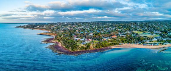 Powietrzny panoramiczny krajobraz sceniczna linia brzegowa blisko góry Eliza przedmieścia w Melbourne, Australia