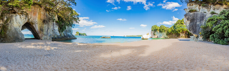 Panoramiczny obraz plaży Cathedral Cove w lecie bez ludzi w ciągu dnia