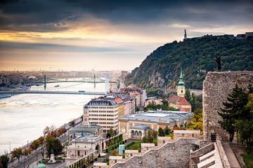 Widok na Most Elżbiety i Budapeszt w zachodzie słońca