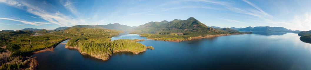 Piękny powietrzny panoramiczny widok na jezioro Kennedy podczas tętniącego życiem słonecznego dnia. Położony na zachodnim wybrzeżu wyspy Vancouver w pobliżu Tofino i Ucluelet, Kolumbia Brytyjska, Kanada.