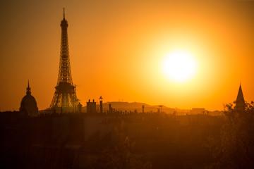 la tour eiffel au soleil couchant