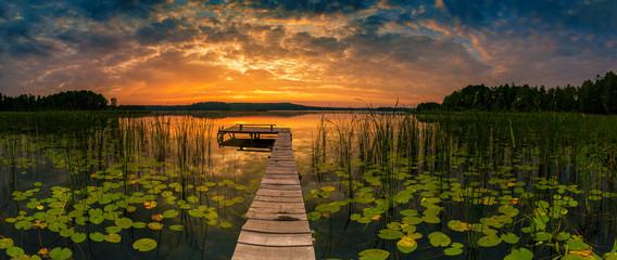 Panorama piękny wschód słońca nad jeziorem