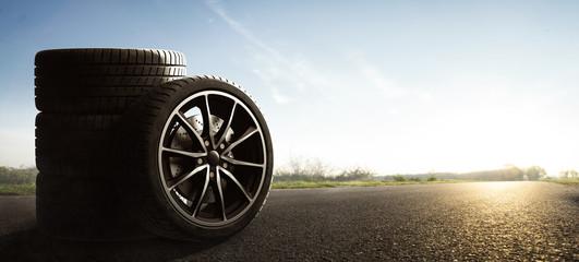 Auto Reifen auf Sommerlicher Landstraße