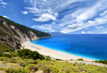Słynna plaża Mirtos na wyspie Kefalonia w Grecji