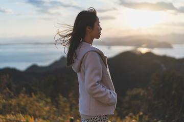 夕陽と空と海と女性