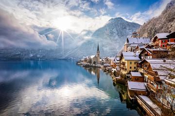 Das Dorf Hallstatt in den Österreichischen Alpen am Morgen mit Sonnenschein und frischem Schnee im Winter
