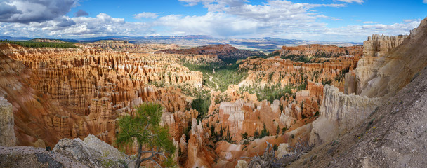 hiking the rim trail in bryce canyon national park in utah in the usa