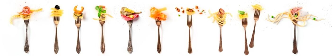 Włoski kolaż żywności. Elementy projektu makaronu. Wiele widelców z makaronem i różnymi dodatkami, nakręconych z góry na białym tle