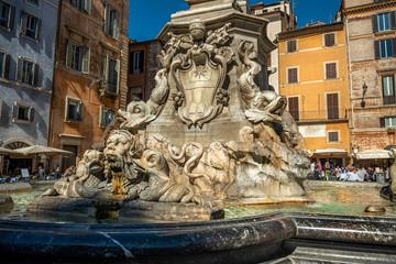 Zabytkowa fontanna na placu Rotonda w pobliżu Panteonu. Rzym, Włochy, Europa.