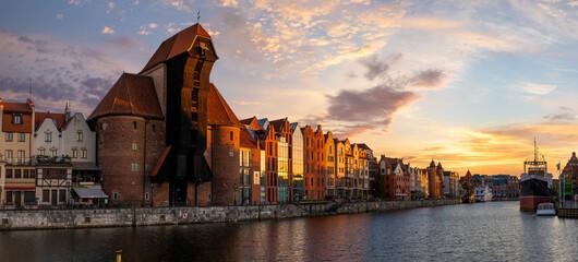 Gdańsk z pięknym starym miasteczkiem nad Motławą przy wschodem słońca, Polska.