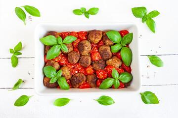 Mięsne klopsiki zapiekane z pomidorami z dodatkiem bazylii i tymianku
