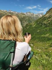 Picie kawy w na kempingu w górach w letni słoneczny poranek