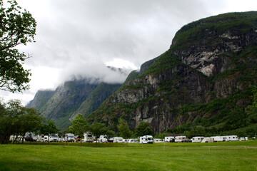 Kemping u podnóża góry