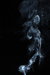 Dym z kadzidła na czarnym tle