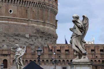 Figury umieszczone wzdłuż muru przed Zamkiem Anioła w Rzymie.