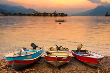 Tramonto sul lago Maggiore 01 - barche variopinte, isole nel lago e tramonto.