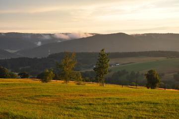 Jesienny pejzaż z mgiełkami w górach. Autumn landscape with mists in the mountains (Beskid Niski).