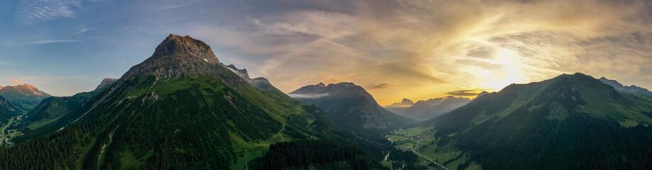 Omeshorn bei Lech in Vorarlberg im Sommer bei Sonnenuntergang