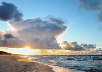 Zachód słońca nad morzem w Krynicy Morskiej w Polsce