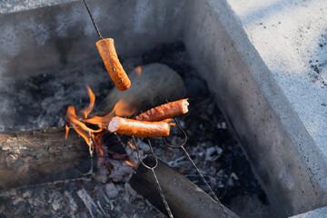 pieczenie kiełbasek przy ognisku