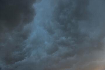 Wał szkwałowy, chmura szelfowa. Czoło frontu atmosferycznego, zapowiedź burzy.