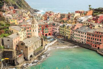 Le petit village de pêcheurs Vernazza est probablement le plus caractéristique des Cinque Terre en Ligurie en Italie avec sa grande place entourée de maisons colorées et son port rempli de bateaux.
