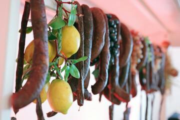 Tradycyjne jedzenie mięsne przygotowane na imprezę rodzinną.