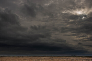 Niebo pokryte czarnymi, budzącymi grozę chmurami.