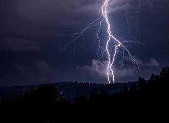 Piorun lightning na nocnym niebie